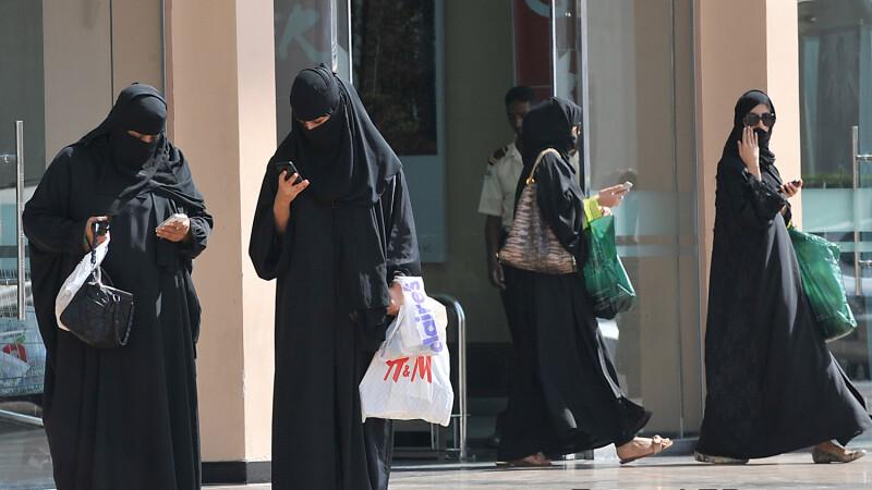 femei din arabia saudita imbracate pana in gat val