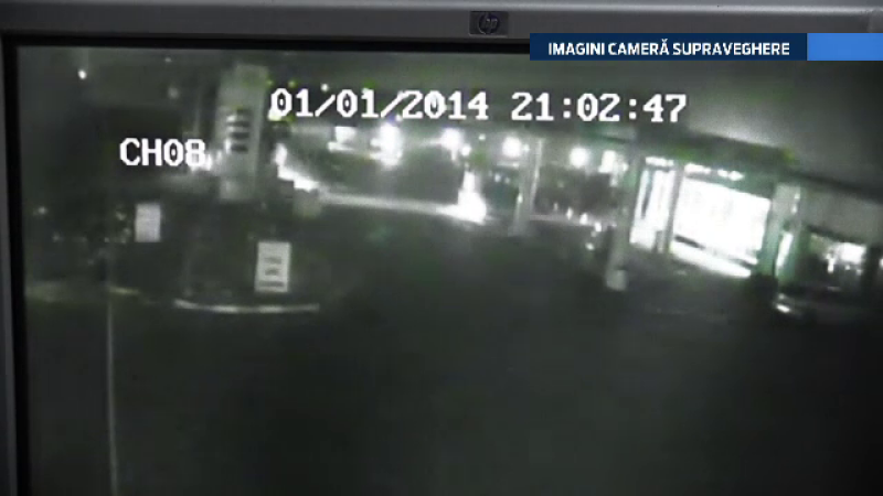 CAMERA DE SUPRAVEGHERE: Patru tineri au intrat cu masina intr-un stalp de langa benzinarie