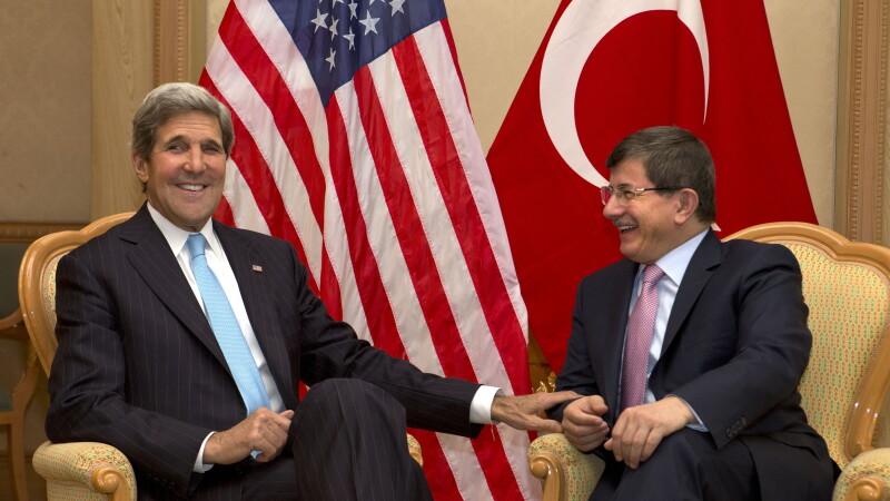 Secretarul american de stat John Kerry si ministrul turc de externe Ahmet Davutoglu