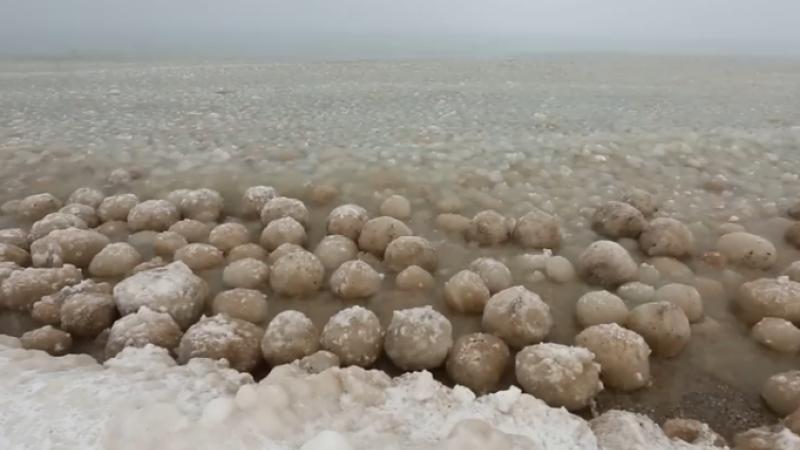 Fenomen neobisnuit pe Lacul Michigan din cauza Vortexului Polar: au aparut bile de gheata