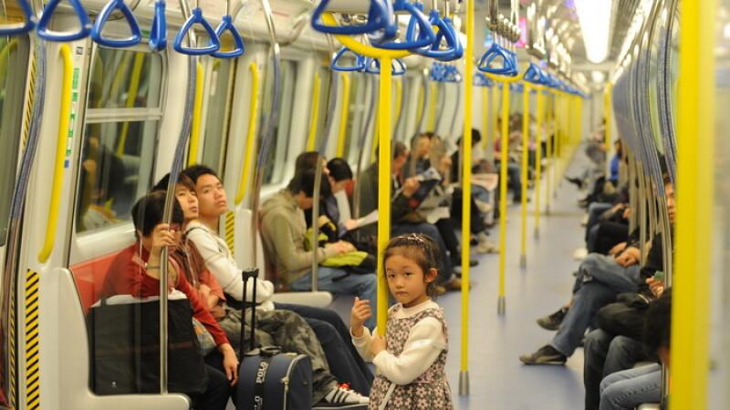 Aparitie ciudata la metroul din Beijing. Masca datorita careia un barbat a devenit faimos pe internet