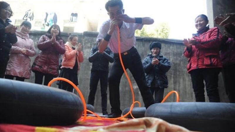 Chinezul de 63 de ani cu plamani de otel. Cum reuseste sa umfle cauciucuri cu nasul. FOTO