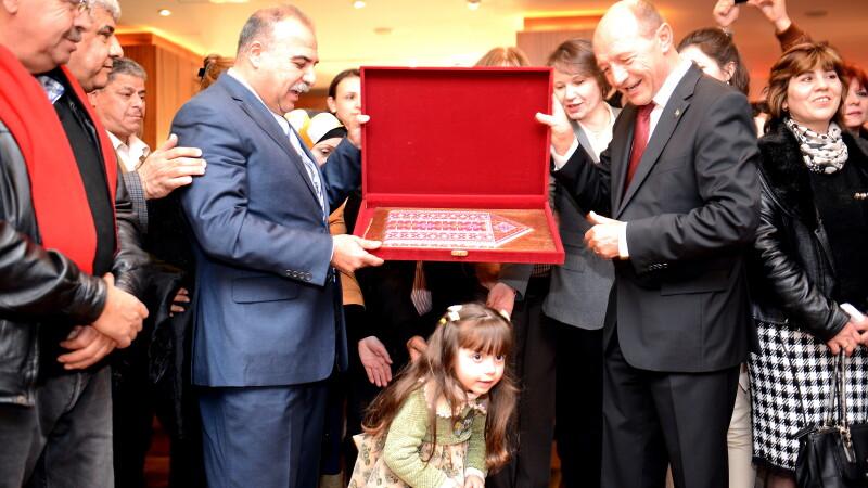 Presedintele Traian Basescu primeste un cadou de la comunitatea de romani din Teritoriile Palestiniene, marti, 21 ianuarie 2014.