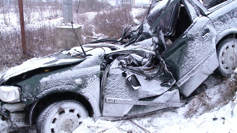 Tragedie la iesire din Timisoara, pe Calea Lugojului. Doi tineri au murit dupa ce masina lor s-a izbit de un stalp