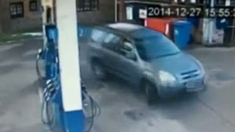 O soferita incearca sa-si parcheze masina langa pompa de alimentare din benzinarie. Dupa cat timp reuseste. VIDEO