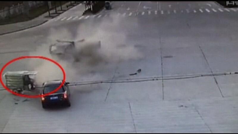 Scene dramatice surprinde de CAMERA. Ce se intampla imediat dupa ce doua vehicule se ciocnesc in intersectie. VIDEO