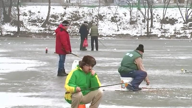 Bucurestenii au iesit la pescuit pe lacurile din Capitala, desi afara au fost grade cu plus. Cum au justificat inconstienta