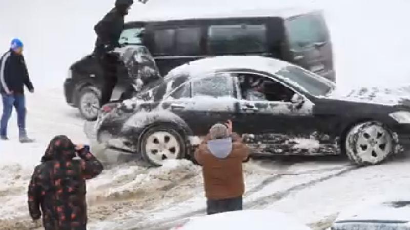 Metoda prin care un sofer si-a scos Mercedesul din zapada, in Sibiu. Filmarea a strans peste 230.000 de vizualizari
