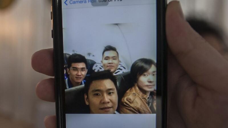 Ultima fotografie facuta de patru pasageri ai avionului AirAsia, prabusit. Echipele de cautare ar fi gasit cutia neagra