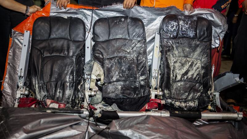 Echipele de salvare au recuperat bagajele victimelor si scaunele avionului AirAsia. Imaginile au fost facute publice