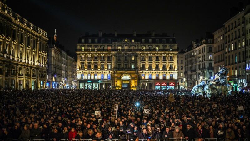 100.000 de oameni au iesit pe strazi, in Franta, pentru a le aduce un omagiu victimelor atacului de la Paris. GALERIE FOTO