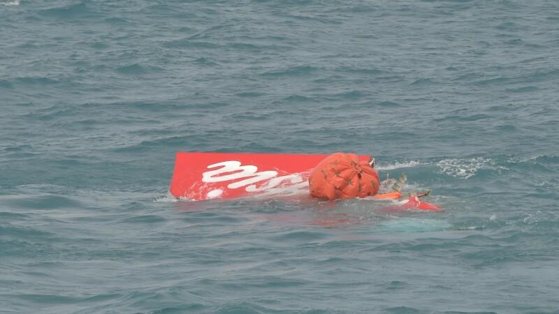 O parte din epava avionului AirAsia prabusit in Marea Java a fost scoasa la suprafata. Ce se intampla cu cutiile negre