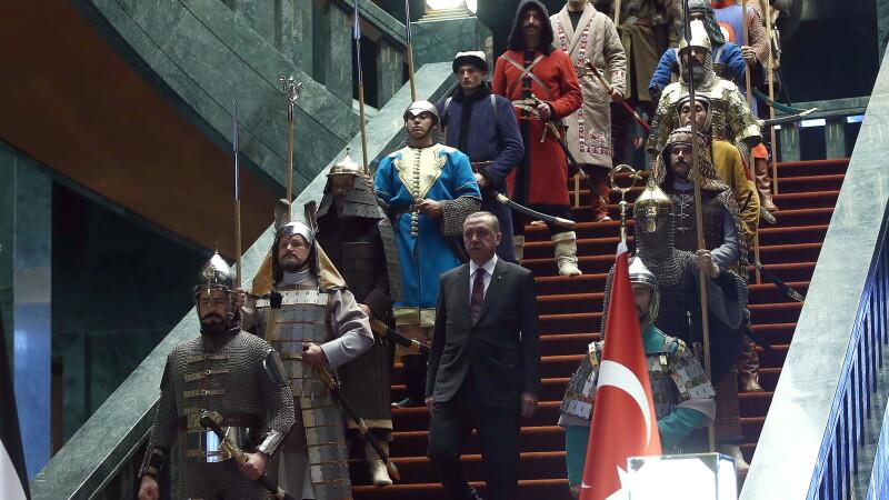 Aceste fotografii nu sunt trucate si nici dintr-un serial turcesc. De ce a aparut presedintele Turciei inconjurat de ieniceri