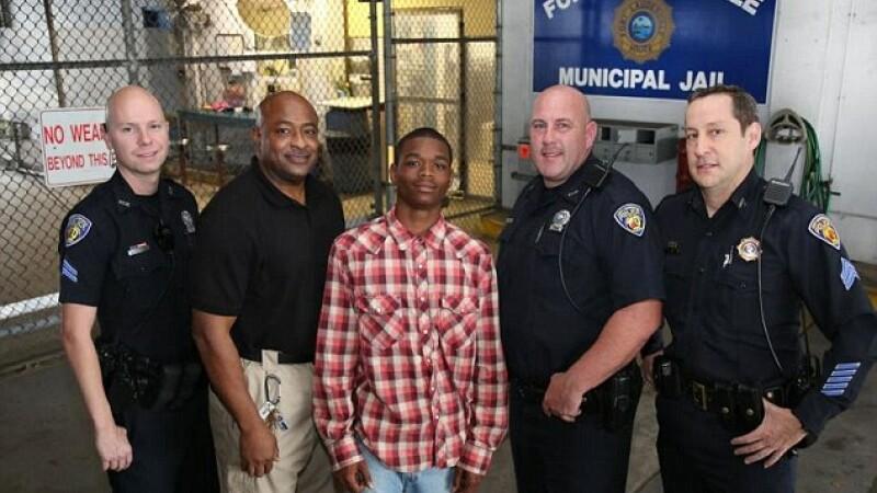 Un tanar infractor a ajuns erou dupa ce i-a salvat viata politistului care tocmai il baga in inchisoare. VIDEO