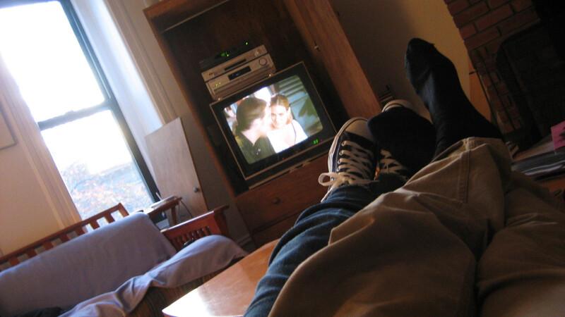 cuplu care se uita la televizor