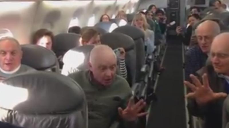 Avionul avea o intarziere de 5 ore, iar pasagerii erau nervosi. Gestul unor batrani simpatici le-a facut ziua mai frumoasa