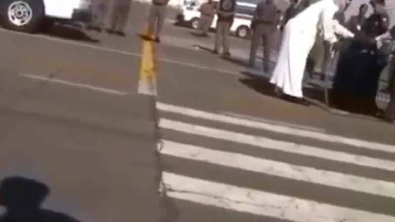 Atentie, imagini socante. O femeie acuzata ca si-a violat si ucis copilul, decapitata in plina strada, in Arabia Saudita