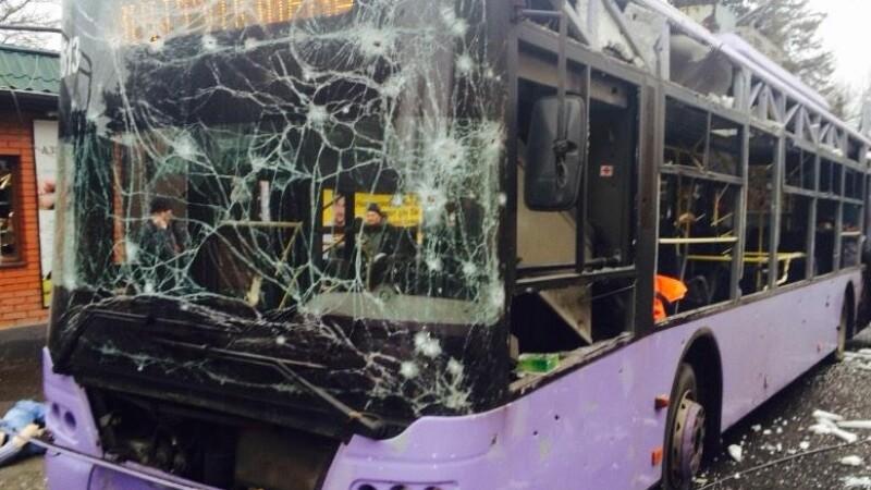 Bombardamente la Donetsk: cel putin 13 persoane au murit, dupa ce un troleibuz a fost lovit de un obuz. Imagini socante