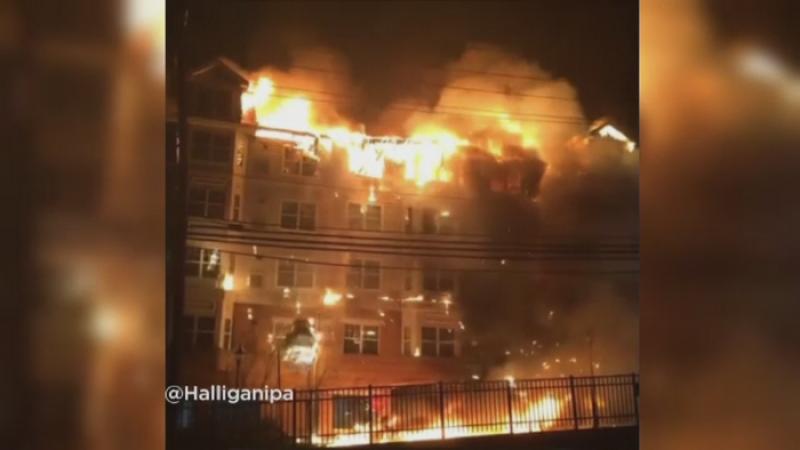 O cladire de apartamente din SUA a fost distrusa de un incendiu. 160 de oameni au ramas fara casa