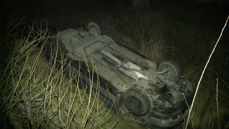 Un tanar din Arad s-a rasturnat cu masina intr-un sant adanc de 3 metri. Barbatul circula cu viteza