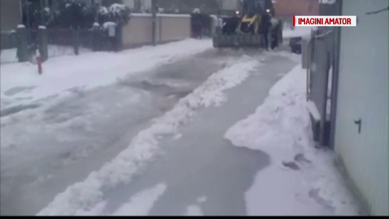 O strada din Dambovita s-a transformat in patinoar, dupa ce o teava de apa s-a spart. Ce au patit soferii din zona
