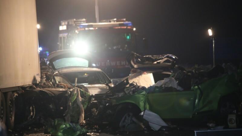 Grav accident in noaptea dintre ani, in Germania. 6 morti si 13 raniti intr-un accident pe o autostrada. FOTO