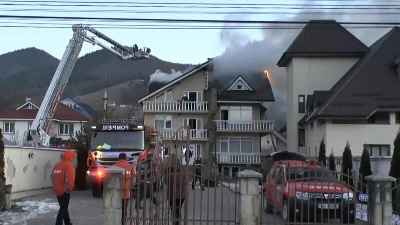 Incendiu la o pensiune de langa Piatra Neamt. Turistii cazati au fost evacuati. VIDEO