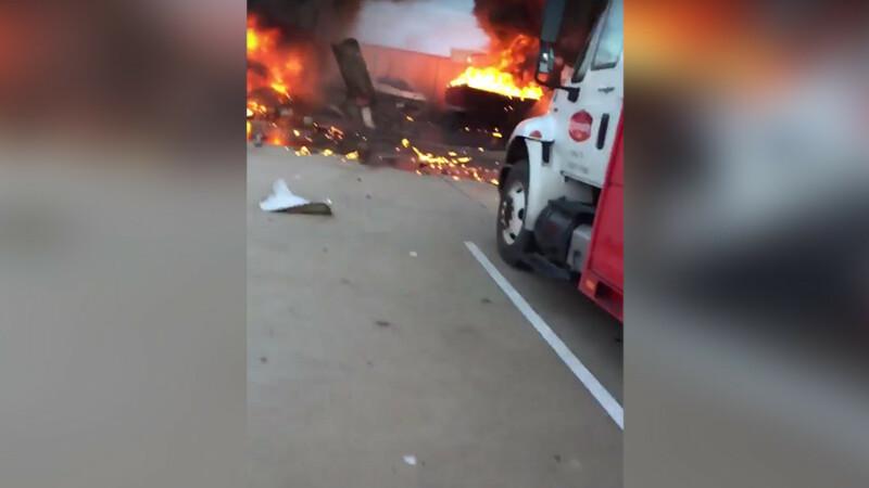 Doua avioane de mici dimensiuni s-au ciocnit in aer, in Texas. Trei oameni au murit. VIDEO