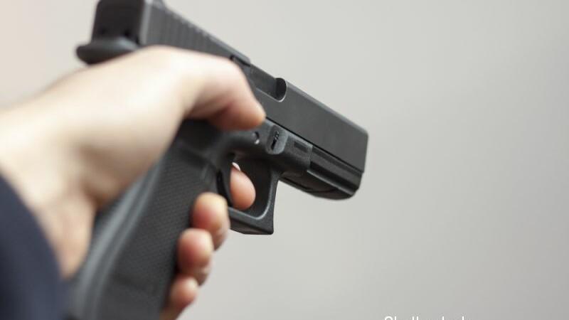 Sărbătorea cu focuri de armă, dar i s-a blocat pistolul. Ce a pățit după ce a verificat țeava