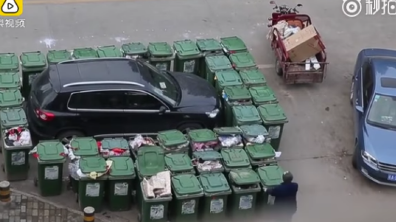 A parcat neregulamentar, iar un angajat de la salubritate s-a razbunat intr-un mod ingenios. Ce i-a facut masinii. VIDEO