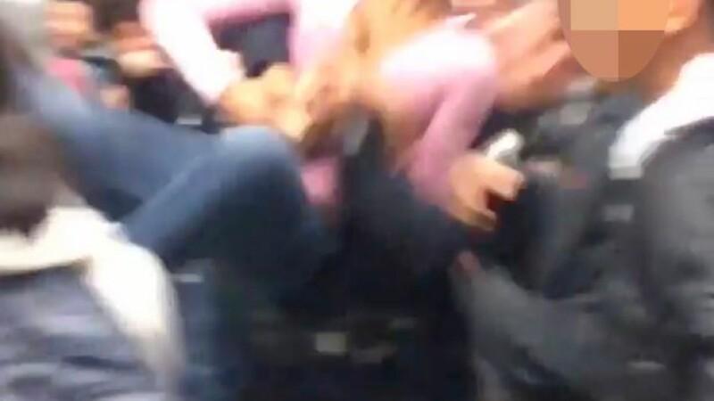 A incercat sa desparta o bataie intre doua eleve, dar a fost trantita la pamant. Cine a lovit-o pe adolescenta. VIDEO