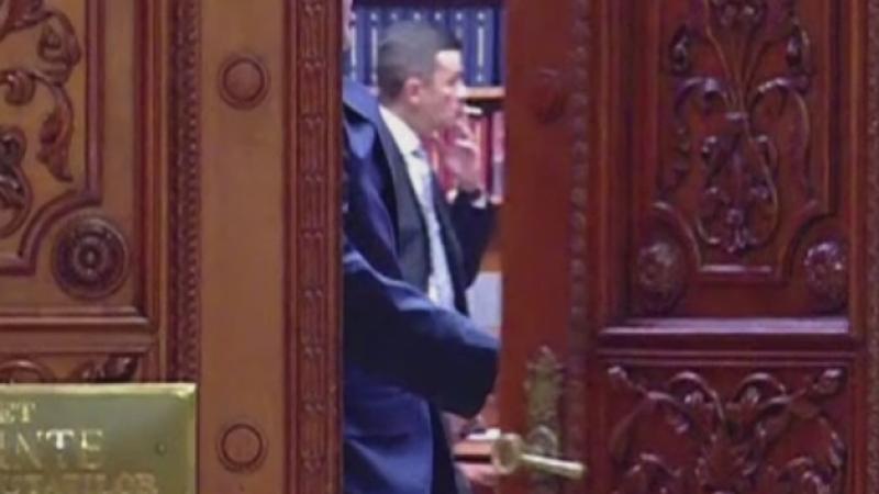 Sorin Grindeanu, filmat in timp ce fuma in biroul lui Liviu Dragnea. De ce nu poate fi amendat pentru ca a fumat in interior