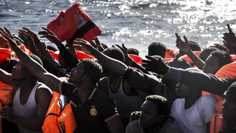 Operatiune ampla de salvare in Mediterana, dupa ce o barca cu 100 de migranti a naufragiat. Opt cadavre recuperate, pana acum