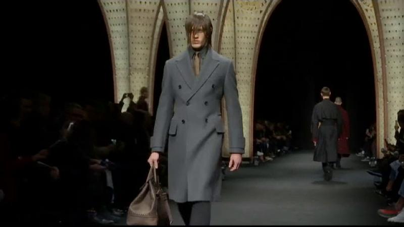 Saptamana modei masculine la Milano. Paltoane elegante si glugi sub forma de animale in colectiile Versace si Dolce Gabbana