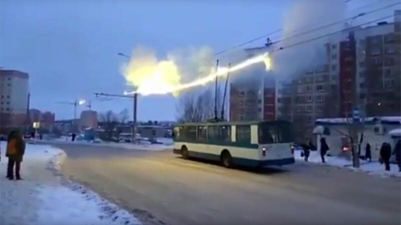 Firele electrice ale troleibuzelor au luat foc intr-un oras din Rusia. Reactia calatorilor din statie e uluitoare. VIDEO