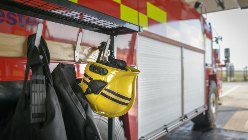 O masina a pompierilor a ucis un pieton, dupa care s-a rasturnat in sant. Politia britanica ancheteaza accidentul