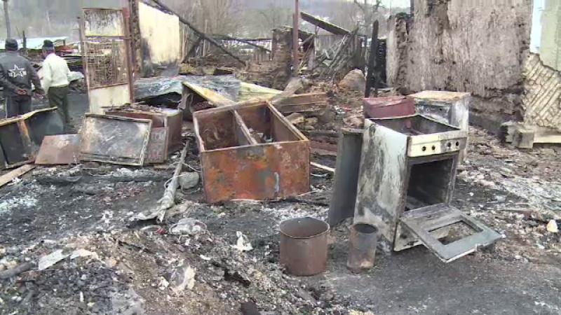 Trei case au ars complet intr-un sat din Dambovita. Un barbat si-a scos mama paralizata din flacarile uriase