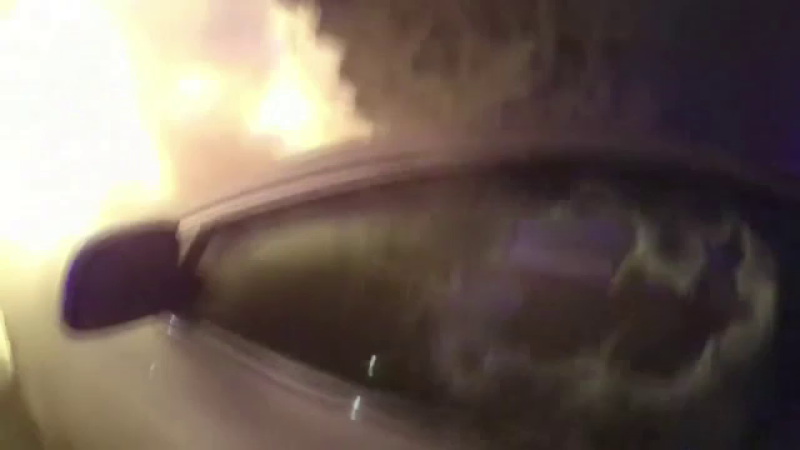 O soferita a ramas blocata in masina care ii luase foc. Cum a fost salvata femeia de politie