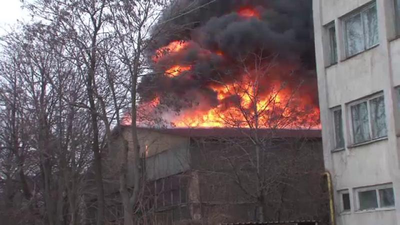 Incendiu puternic la o fabrica din Botosani. Pericol de explozie din cauza cazanelor sub presiune si a tuburilor de oxigen