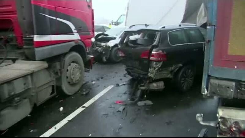 Zapada si vizibilitatea redusa au dus la doua coliziuni in lant pe o autostrada din Polonia. Cinci persoane, ranite grav