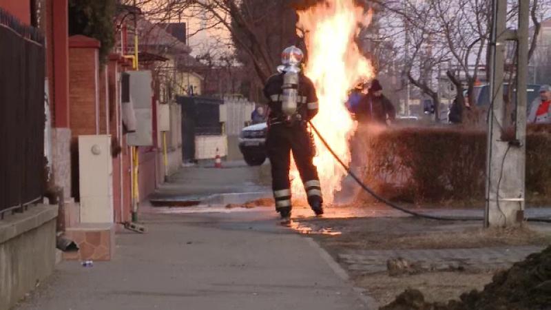 Flacari de doi metri au aparut din asfalt, dupa ce o echipa de muncitori a spart o conducta de gaze. Oamenii au fost evacuati