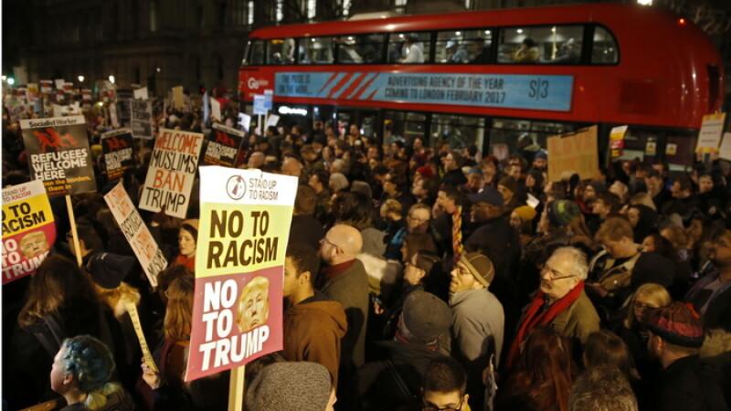 Proteste in Marea Britanie fata de decretul lui Trump privind imigratia. Mii de oameni au iesit in strada in mai multe orase