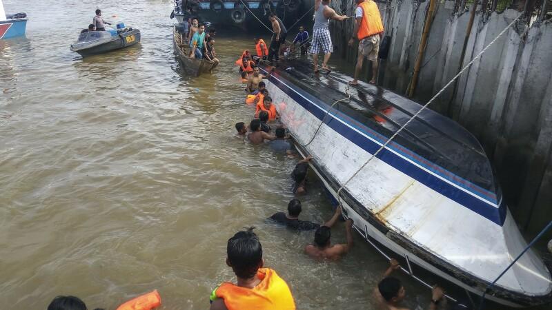 O ambarcațiune s-a răsturnat, în Indonezia. Cel puțin 8 persoane au murit
