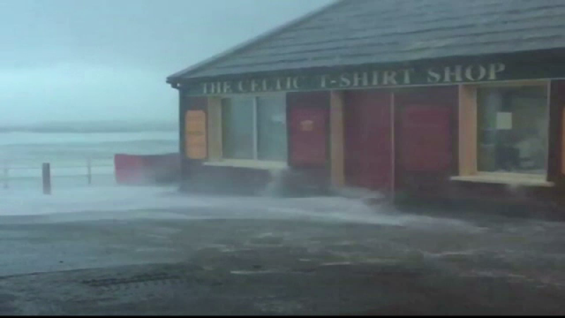 Furtuna ELEANOR a ajuns în Europa. Mii de locuinţe din Irlanda şi Marea Britanie, în beznă şi frig