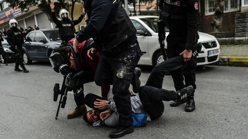 Zeci de soldaţi arestaţi în Turcia pentru