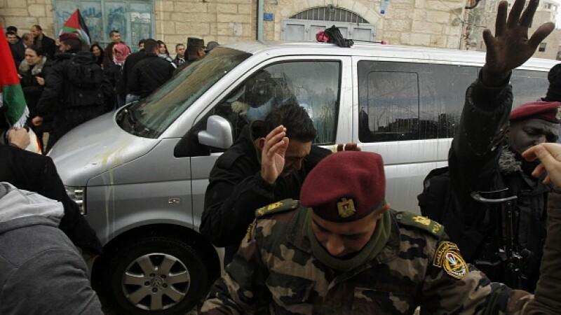 """Mașina Patriarhului grec ortodox al Ierusalimului, atacată cu ouă și sticle: """"Trădător!"""" VIDEO"""