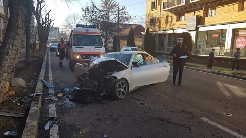 Limuzină de lux distrusă după un accident, în Timișoara. Șoferul susține că a fost șicanat în trafic