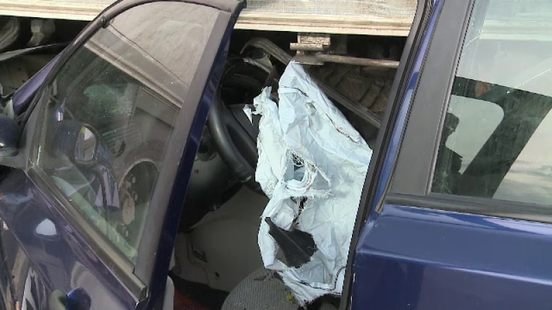 A intrat cu maşina sub remorca unui TIR, parcat într-un refugiu. Şoferul a murit pe loc