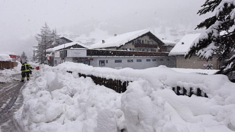 Sute de turiști, blocați în Elveția. Stratul de zăpadă a atins un maxim istoric
