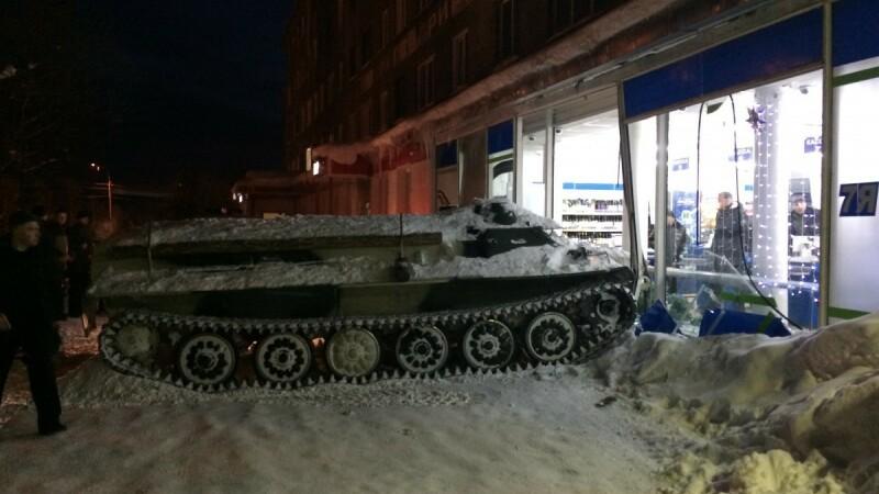 Un rus însetat a intrat în magazinul de băuturi cu un vehicul blindat. VIDEO